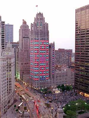 El edificio del 'Chicago Tribune', decorado con motivo del 150 aniversario del periódico en 1997. (Foto: EPA)