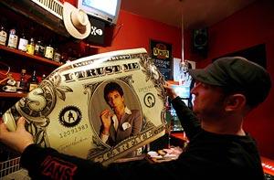 Un hombre observa un poster de un billete de un dólar con la imagen de Al Pacino en el papel de 'Scarface'. (Foto: EFE)