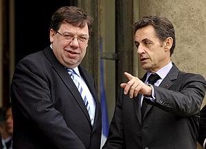 Nicolás Sarkozy (dcha.) despide al primer ministro irlandés, Brian Cowen, en el palacio del Elíseo, en París, el 5 de diciembre. (Foto: EFE)