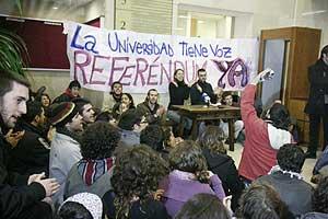 Los estudiantes han ocupado el hall del rectorado de la Complutense. (Foto: Gonzalo Arroyo)