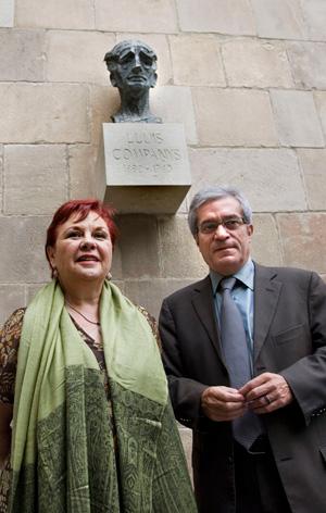 Saura junto a la nieta de Companys junto a una imagen del ex presidente. (Foto: Santi Cogolludo)