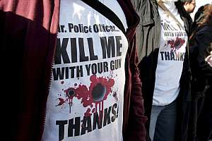 """Estudiantes griegos visten camisetas en Atenas con la frase """"Señor agente, máteme con su arma"""". (Foto: EFE)"""