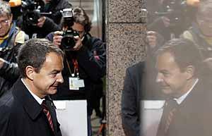 Zapatero, a su llegada a la cumbre de los Veintisiete en Bruselas. (Foto: REUTERS)