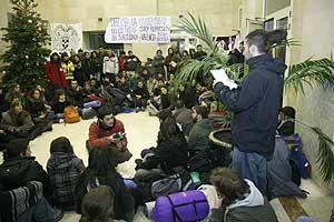 Un estudiante lee las reivindicaciones durante el encierro en la Complutense de Madrid. (Foto: Gonzalo Arroyo)