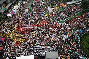 Miles de manifiestantes contra los cambios en los estatutos de la Constitución Filipina. (Foto: EFE)