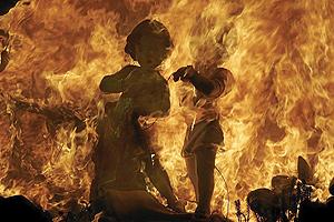 Dos 'ninots' arden durante la 'Cremà' de las Fallas de Valencia. (Foto: José Cuéllar)