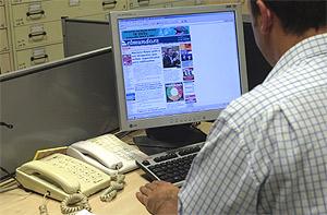 Un usuario consulta la página de 'elmundo.es'. (Foto: El Mundo)