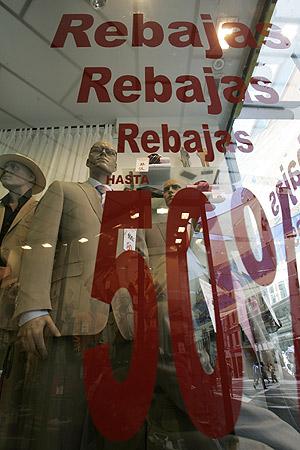 Anuncio de rebajas en un comercio. (Foto: Antonio Heredia)