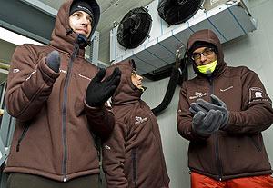 Los expedicionarios, en un congelador para adaptar su cuerpo a las bajas temperaturas. (Foto: La Caixa)
