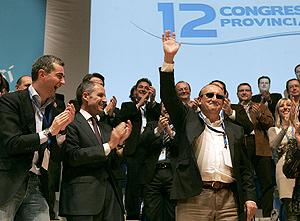 El presidente del PP en Castellón, Carlos Fabra (d), es aplaudido por el presidente de la Generalitat, Francisco Camps, y secretario general del PPCV, Ricardo Costa (i), tras ser reelegido. (Foto: EFE)
