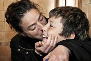 María Saliente besa a su hijo David. (Foto: Aurora Cañada)