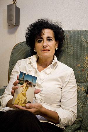 Concha, con una foto de Paola, de la que la separaron hace ya más de tres años. (Foto: Carlos Alba)