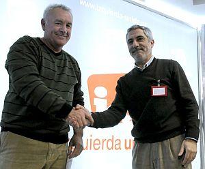 Gaspar Llamazares estrecha la mano a su sucesor en IU, Cayo Lara. (Foto: EFE)