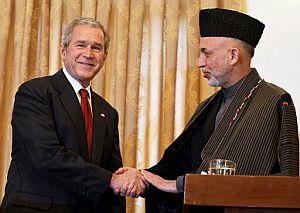 Bush, junto con su homólogo afgano, Karzai. (AP)
