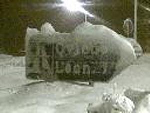 El cártel de la autopista entre Oviedo y León, cubierto por la nieve. (Foto: A. EXPÓSITO)