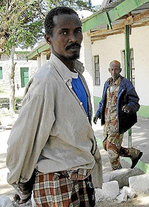 El pirata somalí preso Farah Ismail, junto a otro recluso en la cárcel. (Foto: J.E.)