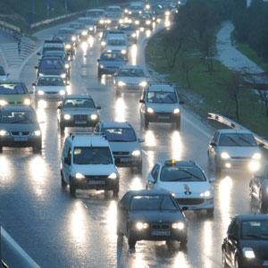 Los coches circulaban por la Vía de Cintura con dificultad debido a las fuertes lluvias. (Foto: Pep Vicens)