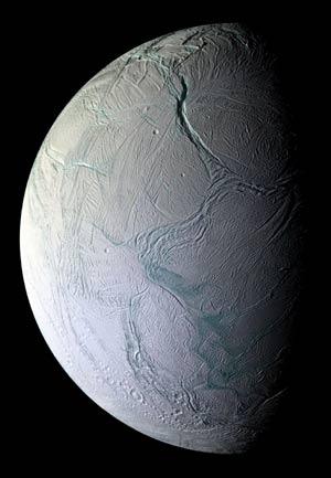 Imagen captada por la sonda 'Cassini' de las grietas en Encelado que sugieren la presencia de un océano subterráneo de agua líquida. (Foto: NASA)