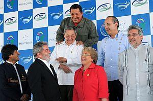 Los líderes de América Latina posan en la cumbre de Brasil, con un Raúl Castro abrazado por Hugo Chávez. (Foto: AFP)