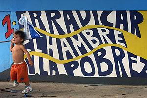 Una niña junto a un mural callejero contra la pobreza en Managua. (Foto: AP)