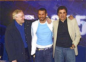 Josep M. Mainat (izqda.) y Toni Cruz (dcha.), junto a Jesús Vázquez en la presentación de una edición de 'OT'. (Foto: Quique Fidalgo)