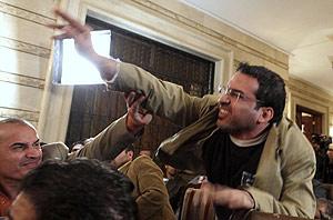 Montazer al Zaidi tras lanzar sus zapatos. (Foto: AP)
