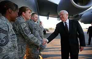 El secretario de Defensa, Robert Gates, saluda a varios soldados en su reciente visita a Irak. (Foto: AFP)
