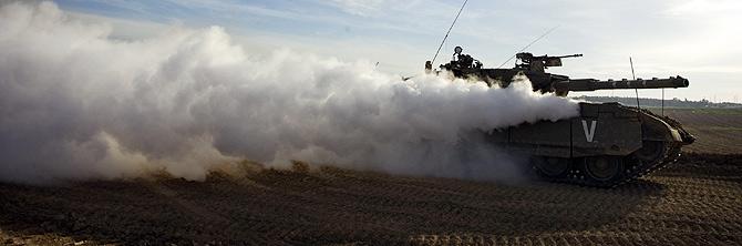 Un tanque israelí cerca de la frontera con la Franja de Gaza, el miércoles. (Foto: AP)