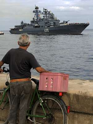 Un hombre observa la llegada de uno de los buques rusos. (Foto: AFP)