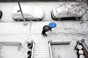 Dos neoyorkinos caminan entre la nieve. (Foto: AFP)