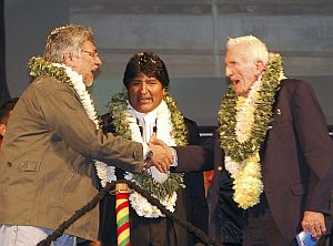 Morales (centro), junto a su homólogo paraguayo, Fernando Lugo (izqda.) y el vicepresidente del Consejo de Ministros de Cuba, José Ramón Fernández (dcha.), en el acto. (EFE)