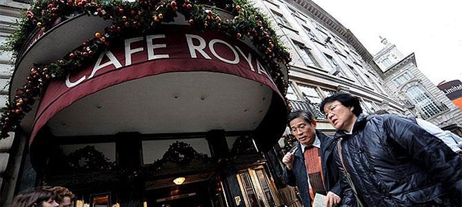 Varias personas pasan delante del Cafe Royal en Londres. (Foto: EFE) Más imágenes