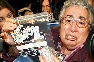 Carmen muestra su décimo de lotería metido en una bolsa de plástico. (Foto: EFE)