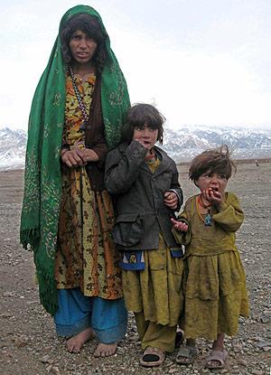 Una familia de refugiados en Herat. (Foto: EFE)