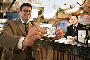 El director del hotel, Santiago Senz, muestra un boleto no premiado en uno de sus establecimientos. (Foto: Leslie Hevesi)