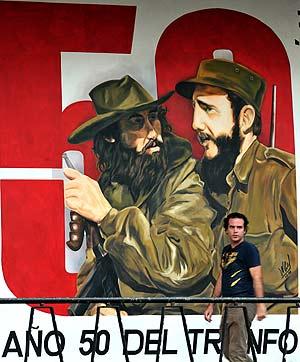 Cartel con la imagen del ex presidente Fidel Castro y del comandante Camilo Cienfuegos en La Habana. (Foto: EFE)
