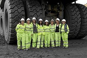 Algunas de las mujeres que trabajan en las explotaciones palentinas de Uminsa, al mando de retroexcavadoras y volquetes. (Foto: elmundo.es)
