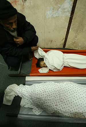 Los cadáveres de las dos niñas muertas en el ataque. (Foto: AFP)