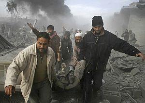 Palestinos transportan el cuerpo de un fallecido en el bombardeo de Gaza. (Foto: AP)
