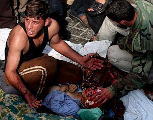 Un joven palestino llora junto al cadáver de un estudiante muerto por el bombardeo israelí. (Foto: EFE)