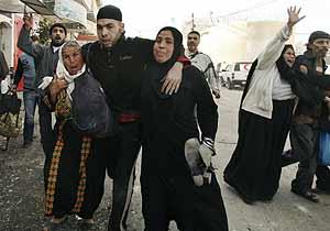 Una familia palestina huye tras un ataque israelí en Gaza. (Foto: REUTERS)