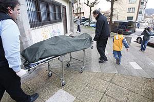 El cadáver de la mujer asesinada al ser sacado de su domicilio. (Foto: Justy)