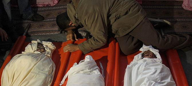 Tres hermanos palestinos, que murieron por los bombardeos, en Rafah, el pasado domingo. (Foto: AP) Fotos