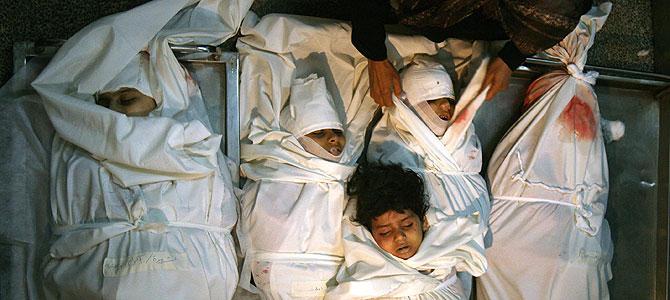 Los cuerpos de seis pequeños hermanos muertos en un ataque israelí esta madrugada en Jebaliya. (AFP) Fotos