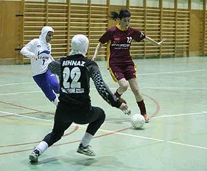 El CD Futsi de Navalcarnero jugó ayer contra un equipo iraní, cuyas jugadoras disputaron el partido con el hiyab. (Gonzalo Arroyo)