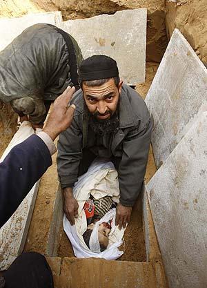 Un padre entierra a su hijo de cinco años en un cementerio al sur de Gaza. (Foto: REUTERS)