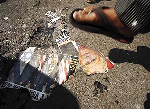 Musulmanes chiítas pisan unas imágenes de Bush y Rice en una manifestación en la India. (Foto: AP)