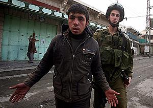 Un soldado israelí arresta a un joven palestino por, presuntamente, arrojar piedras en Hebrón. (Foto: EFE)