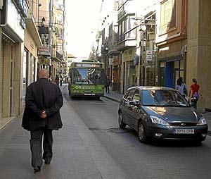 Una calle comercial en el centro de Elche. (Foto: Ernesto Caparros)