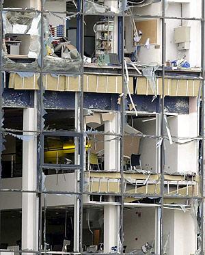 Imagen de una de laspartes de la sede de la EiTB, destrozada tras la explosión. (Foto: EFE)
